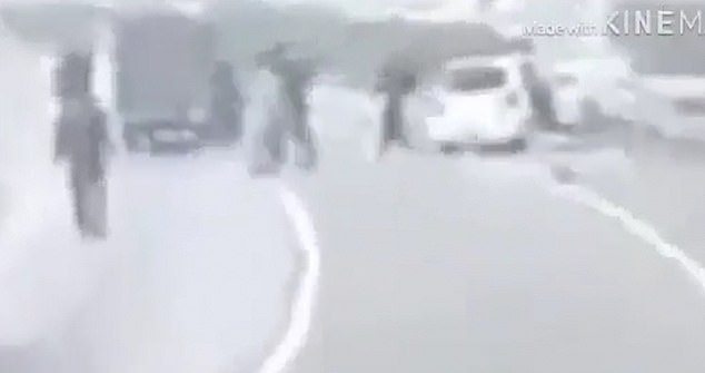 Pakistan police shoot point blank at family inside a car 1