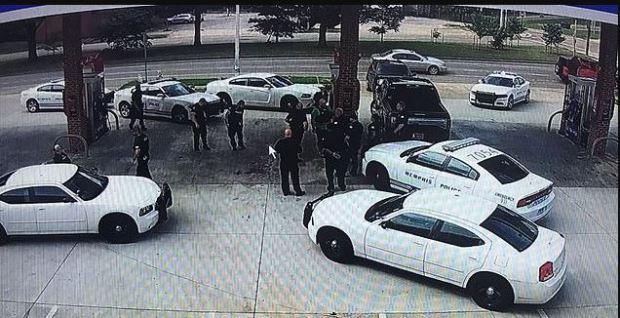 Police outside Lakeside Market grocery store in Como, Mississippi.JPG