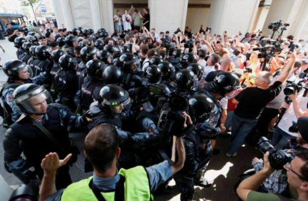 police batter protesters in Moscow 10