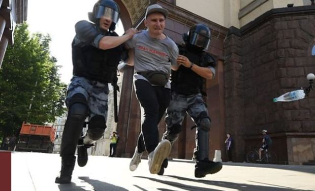 police batter protesters in Moscow 11