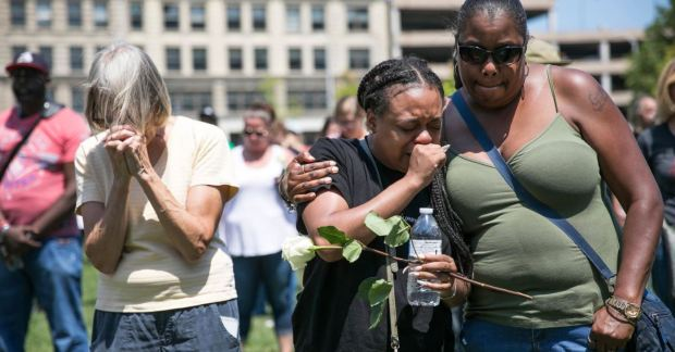 Mourners at a Sunday vigil for victims in Dayton, Ohio, where a mass shooting took place only hours after the shooting in El Paso 2