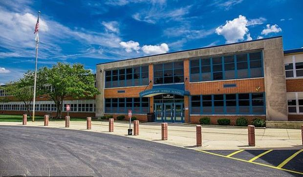 Carpentersville Middle School in Carpentersville, Illinois.JPG