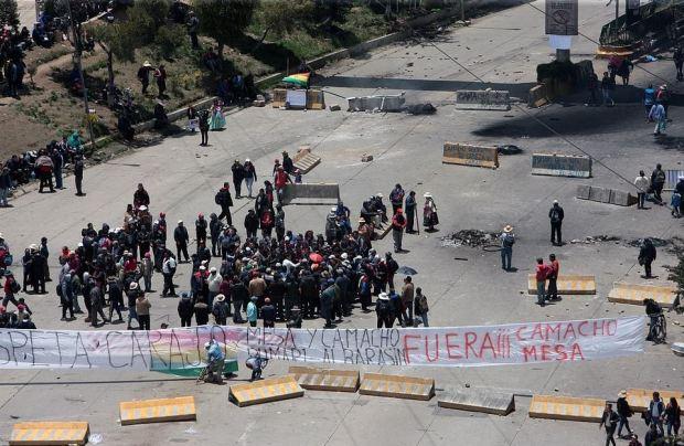 Supporters of Evo Morales block road in La Paz 4