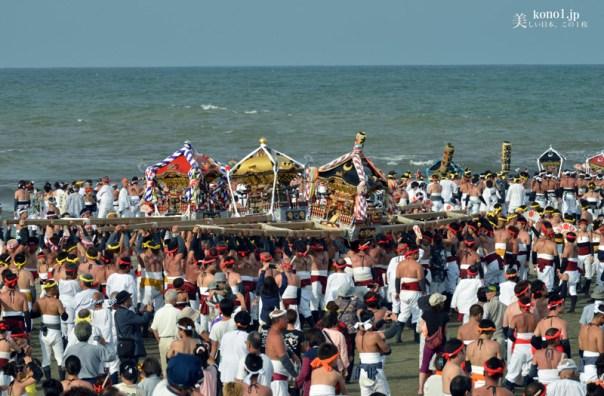 大原はだか祭 汐ふみ会場 海に入る18基の神輿 勇壮関東随一