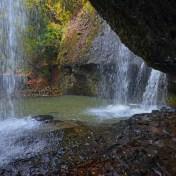 月待の滝 月待ちの滝 裏見の滝 茨城県大子町 紅葉 滝の裏側