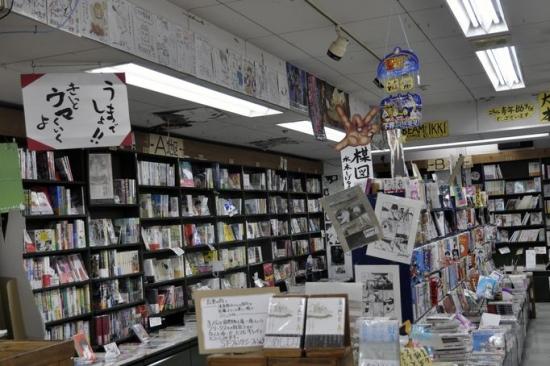 店内には、たくさんの漫画家の直筆イラストが飾られている。長時間いたいと思う空間だ。