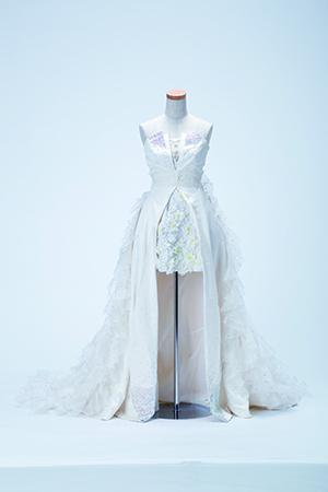 2012年8月、絶対的エースだった前田敦子が卒業。女優として新たな道を歩む彼女のために作られたのは、真っ白のベアトップドレス。オサレカンパニーのスタッフが総出で胸のラインストーンを付けたという思い入れの強い一着。