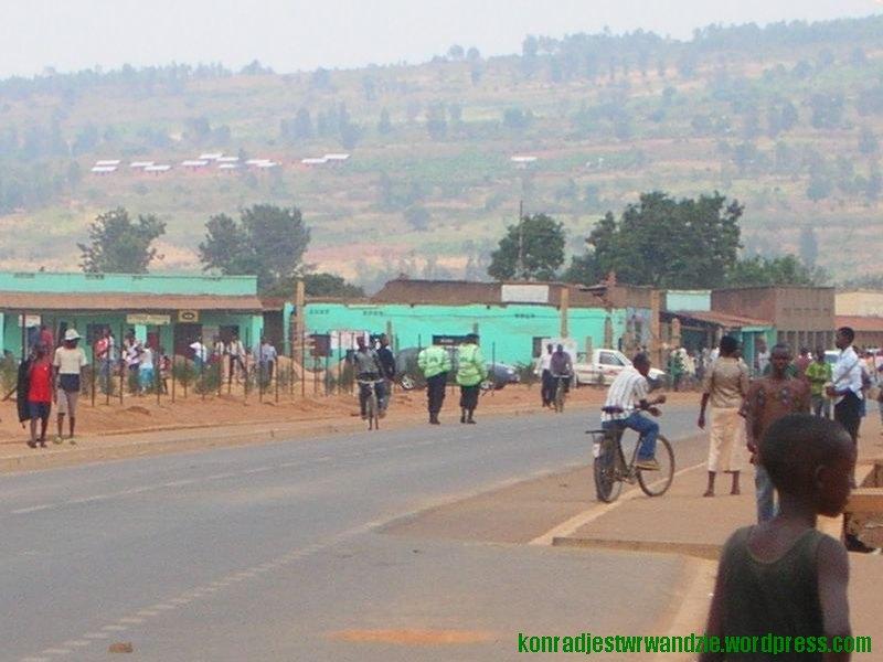 Odważyłem się zrobić zdjęcie bliżej centrum Nyamata. Ale nadal nie w największym tłumie. Choć mam nadzieję, że już widać jak gęsto jest tu od ludzi o każdej porze dnia