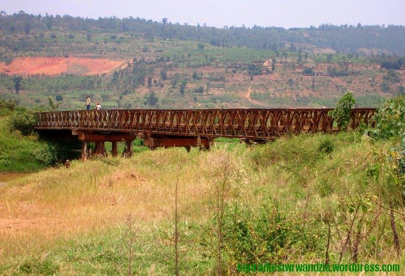 Stary, żelazny (gdy widziałem go z daleka, myślałem że jest drewniany) most nad rzeką.