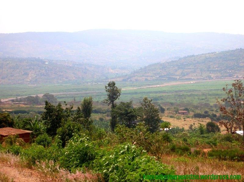 Kolejny widok z góry, ale w innym kierunku. Widać drogę do Kigali. I znów fajnie zasnuwane dzienną mgłą góry.