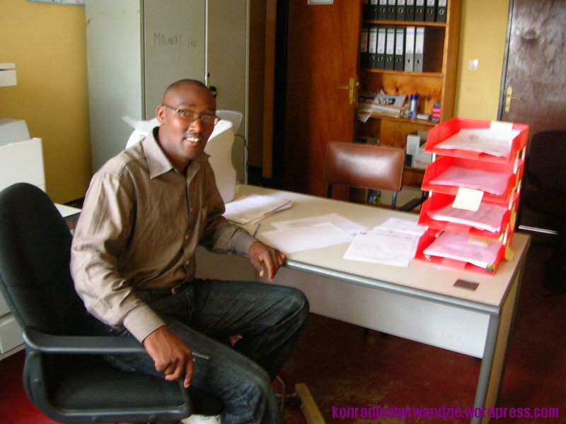 Eugen odpowiada w dystrykcie za koordynację wszystkich działań odnośnie HIV/AIDS. To od niego dowiedziałem się większość informacji. Na zdjęciu za swoim skromnym biurkiem.