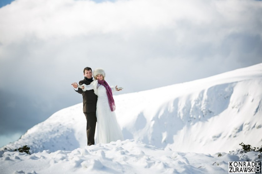 Malownicze zdjęcia ślubne w zimowej scenerii | Konrad Żurawski