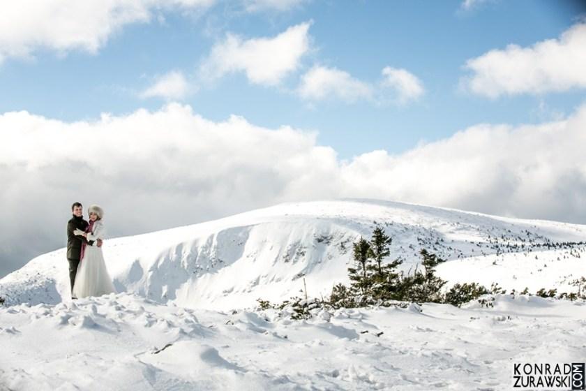 Zimowa sesja ślubna na śnieżce