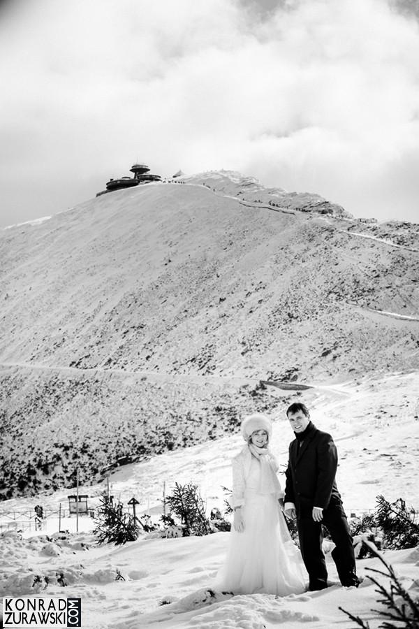 Czarno-biały krajobraz Karkonoszy, a w tle górująca Śnieżka. Młoda Para na pierwszym tle | fotograf ślubny Konrad Żurawski