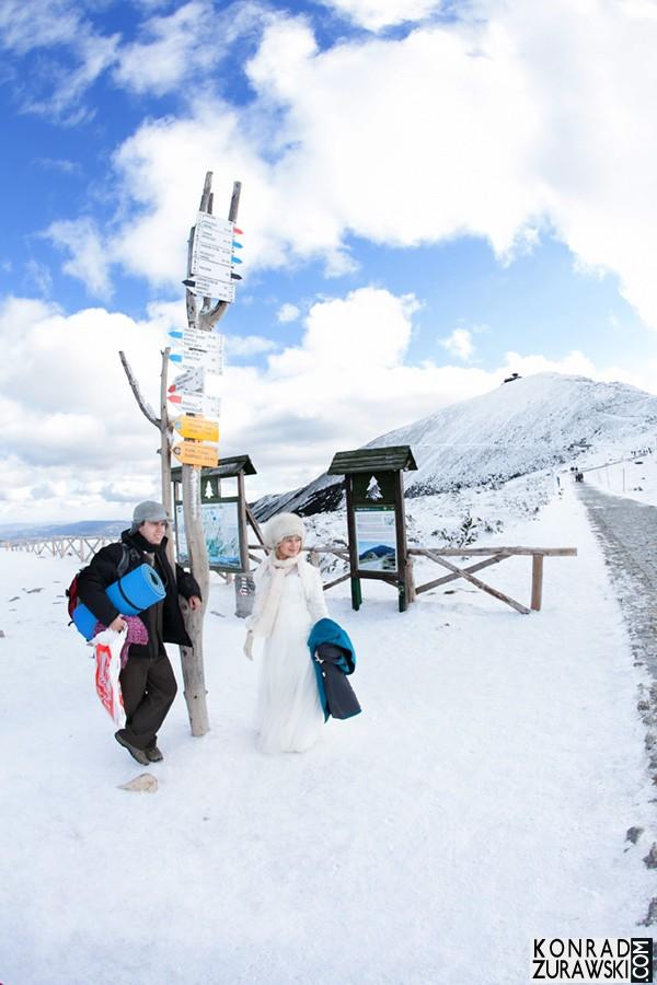 Którędy na Śnieżkę? Młoda para w trakcie zimowej sesji ślubnej