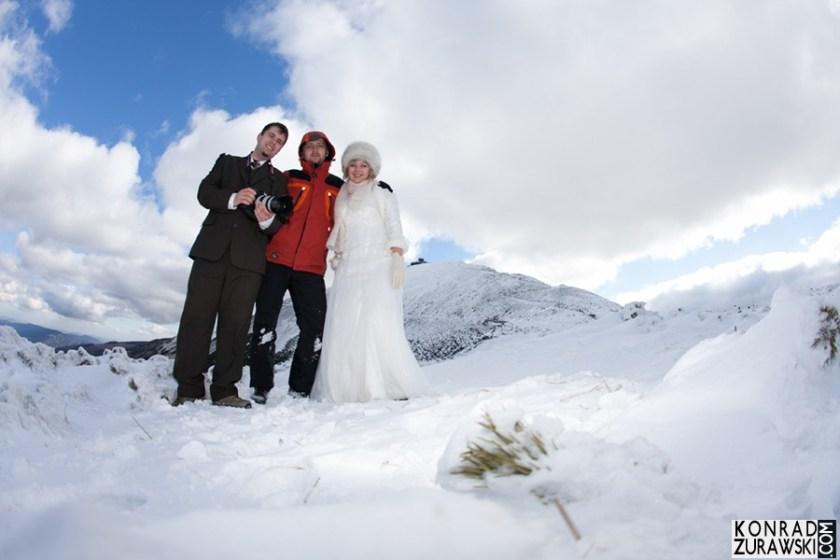 Wspólne zdjęcie Młodej Pary z fotografem ślubnym - Konradem Żurawskim