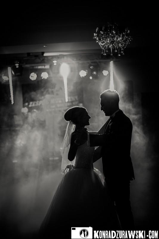 Malownicza, czarno-biała sceneria pierwszego tańca - fotograf ślubny Jelenia Góra | Konrad Żurawski