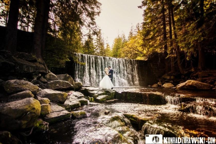 Ślubny plener w otoczeniu przyrody i wodospadu. Fotograf ślubny Jelenia Góra - Konrad Żurawski