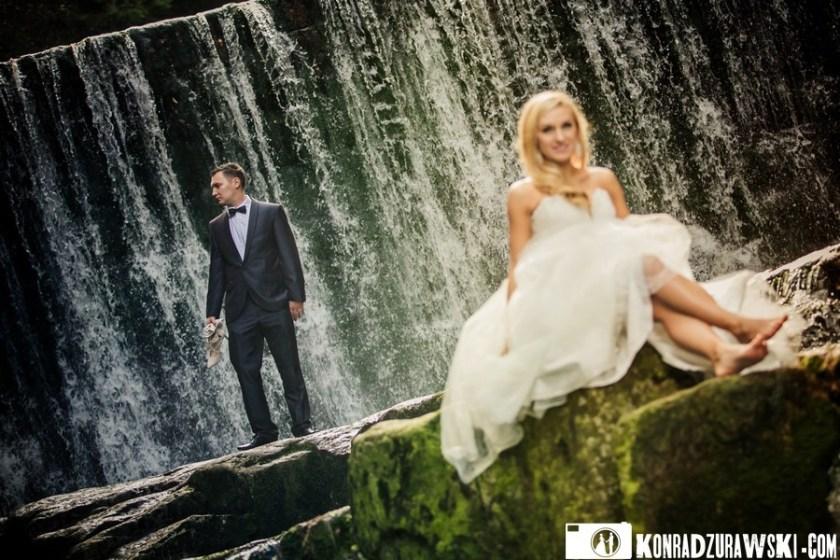 Na tle wodospadu - cudowna para - Adrianna i Grzesiek. Fotograf ślubny Jelenia Góra - Konrad Żurawski