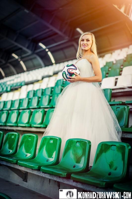 Przenieśliśmy się na stadion piłkarski. Fotograf ślubny Jelenia Góra - Konrad Żurawski