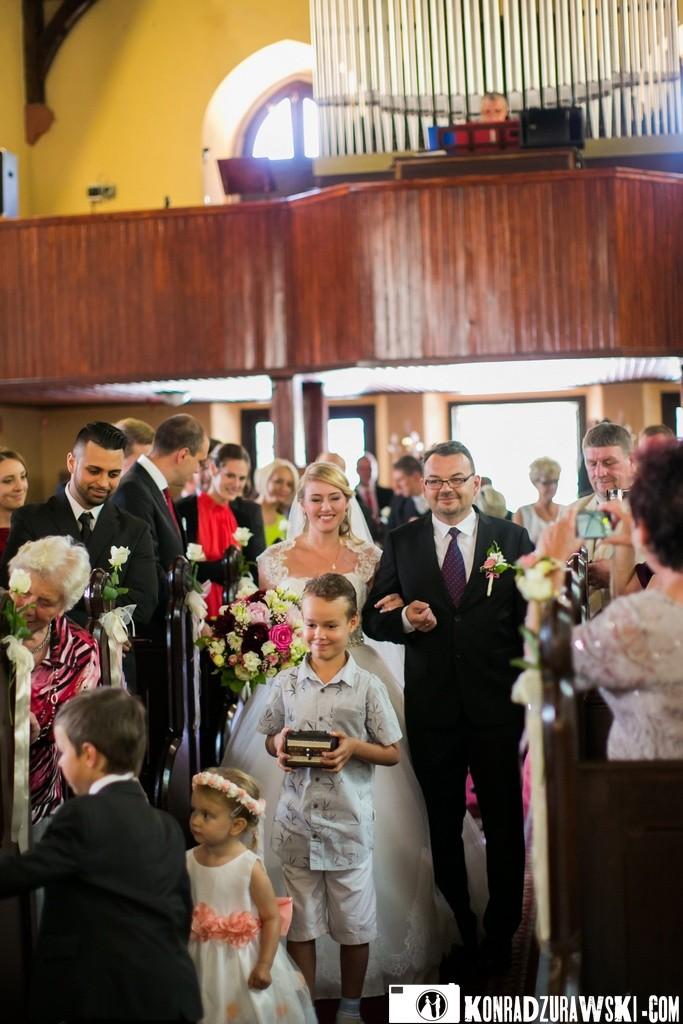 Uroczystość ślubna w kościele   Fotograf Konrad Żurawski