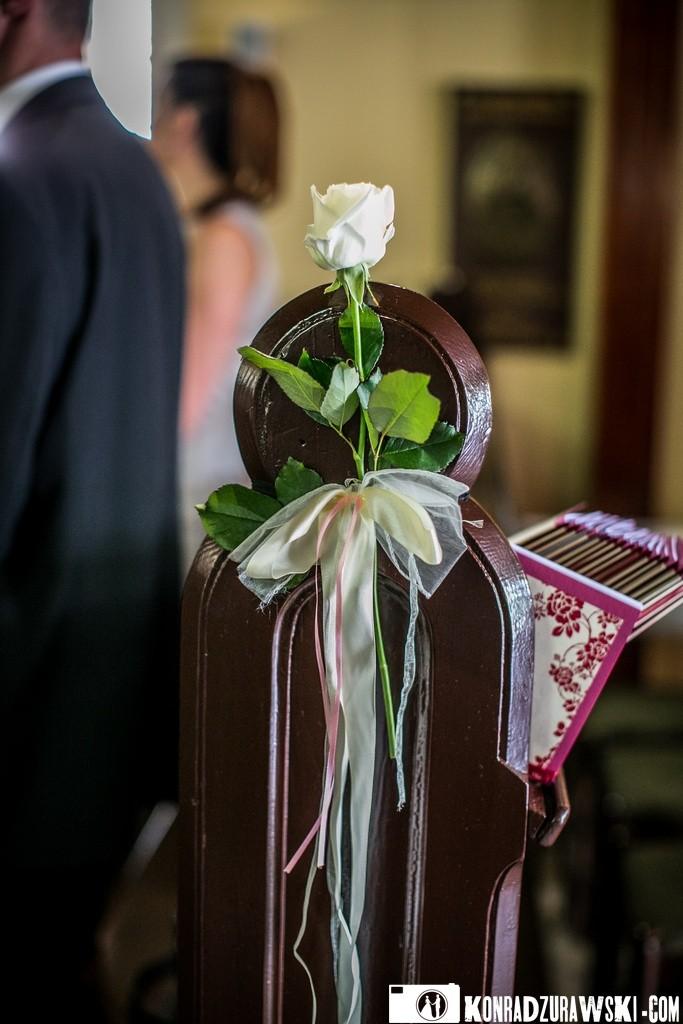 Dodatki, które tworzą klimat ślubu oraz wesela - biała róża   Konrad Żurawski
