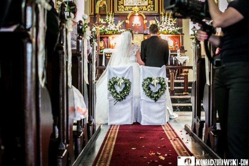 Jessi i Alex przed ołtarzem w kościele   Fotograf ślubny Konrad Żurawski