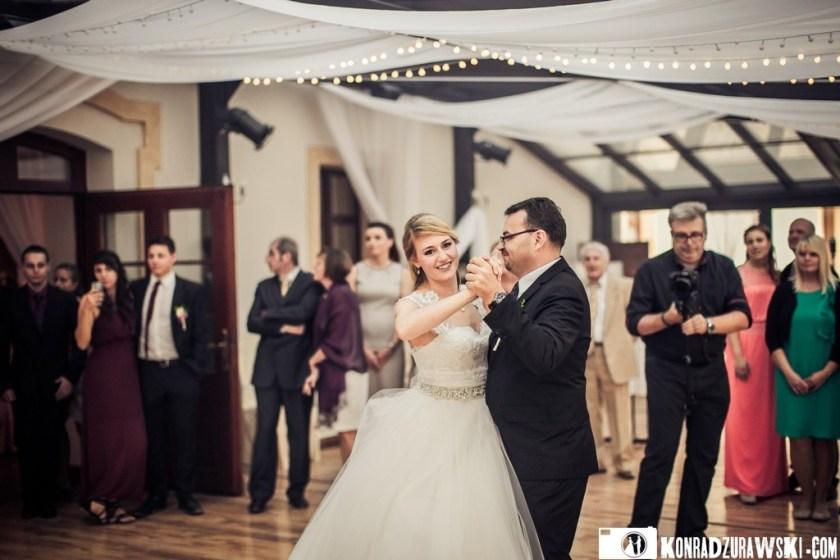 Nie mogło zabraknąć także tańca Panny Młodej z Tatą   Ślub Jessi i Alex - fotograf Konrad Żurawski