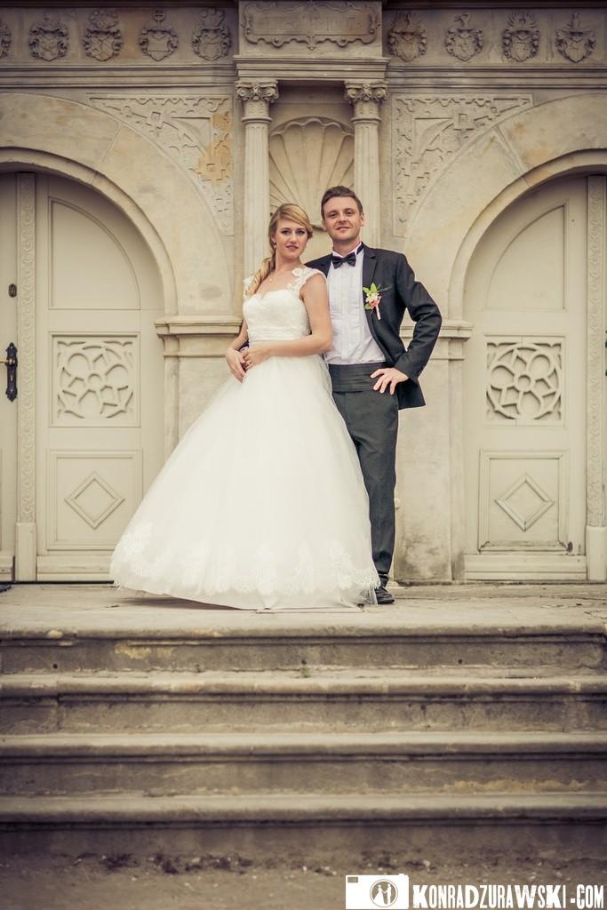 Jessi i Alex na tle dekoracyjnych drzwi w Pałacu Wojanów   Konrad Żurawski