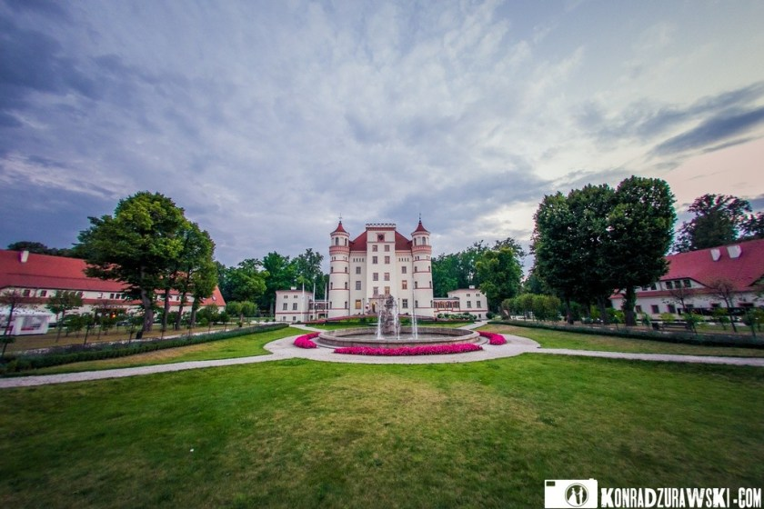 Pałac Wojanów to wyjątkowo urokliwe i magiczne miejsce, w którym można zorganizować nie tylko wesele, ale także plenerową sesję ślubną