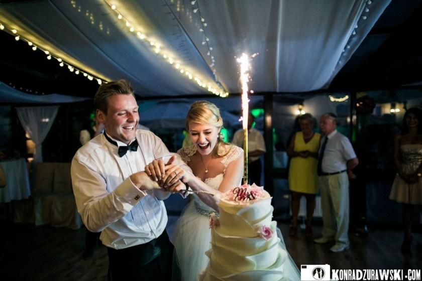Wiele radości i zabawy podczas krojenia tortu weselnego   Konrad Żurawskie na obiektywem aparatu