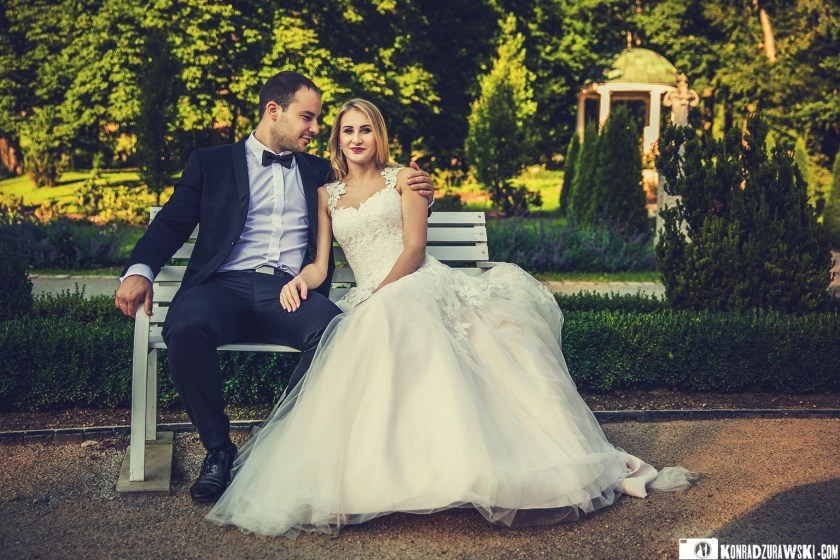 Razem na jednej z parkowych ławek - Pałac Ciechanowice to wyjątkowe miejsce do ślubnych zdjęć | Fotograf Konrad Żurawski