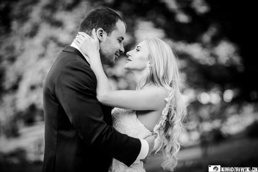 Zakochani i pięknie wyglądający nawet w czarno-białych barwach - sesja ślubna Magdy i Marcina | Konrad Żurawski