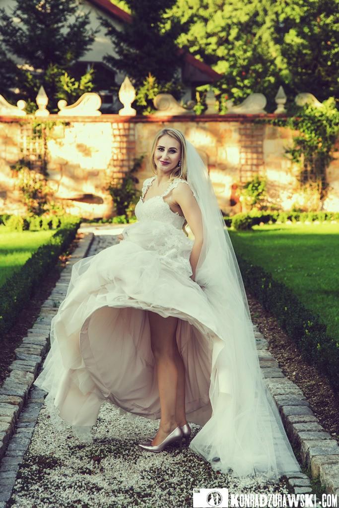 Nietypowe zdjęcia podczas ślubnej sesji to domena fotografa Konrada Żurawskiego