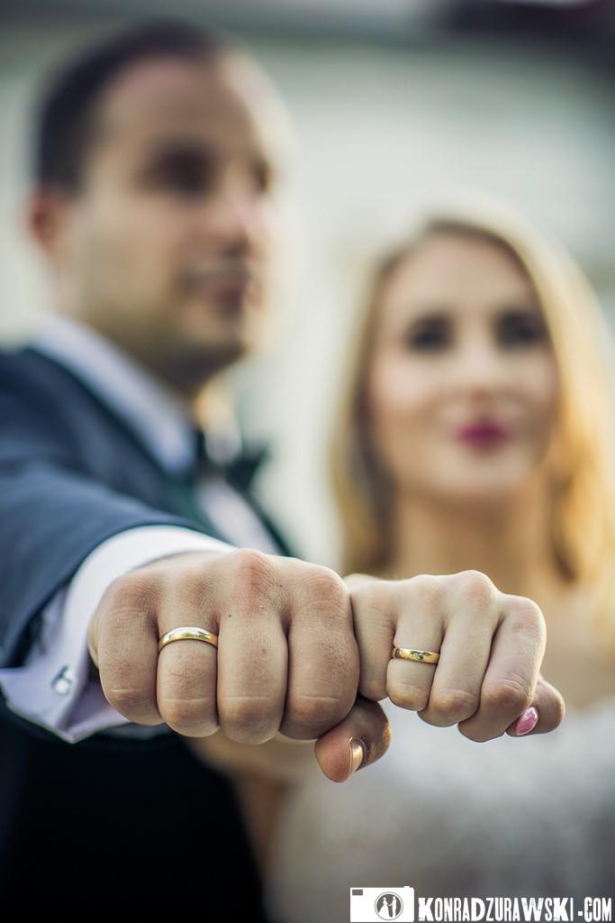Ślubne obrączki są symbolem wierności. Podczas tej sesji ślubnej nie mogło ich zabraknąć | Fotograf Konrad Żurawski