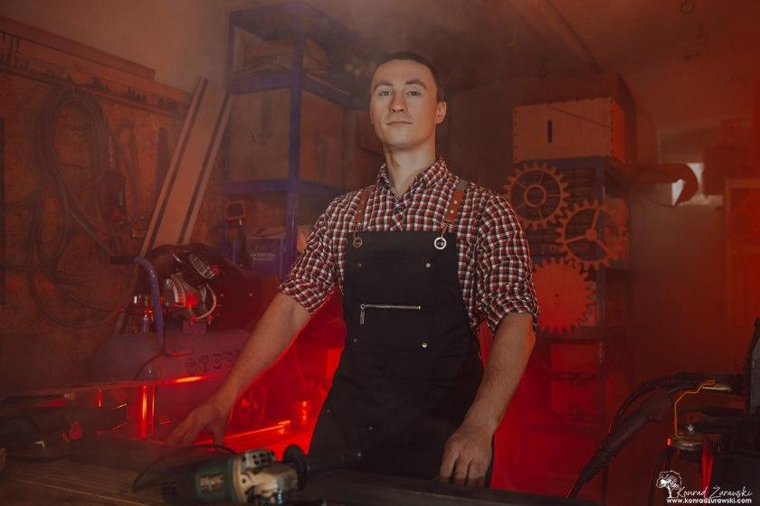 Bartosz - projektant, wykonawca projektów indywidualnych - podczas sesji biznesowej wykonanej przez Konrada Żurawskiego