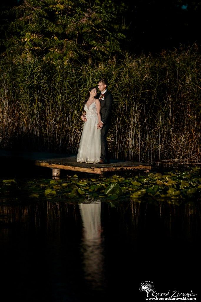 Para Dominika i Emil na pomoście w czasie ślubej sesji - Fotografia ślubna Jelenia Góra