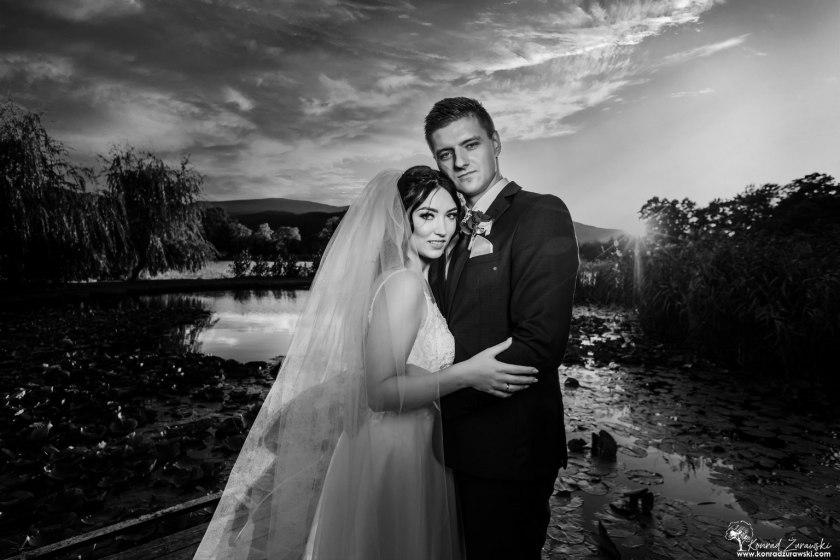 W świetle zachodzącego słońca - czarno-białe zdjęcie Dominiki i Emila. Fotografia ślubna Jelenia Góra