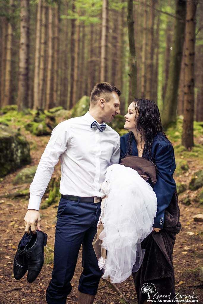 Na plenerowych sesjach ślubnych bywa mokro | Fotograf Konrad Żurawski