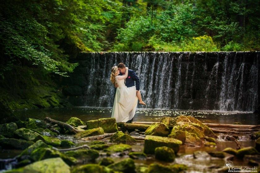 Ślubne sesje plenerowe z wodospadem Kropelka w Piechowicach - to możliwe dzięki fotografowi Konradowi Żurawskiemu