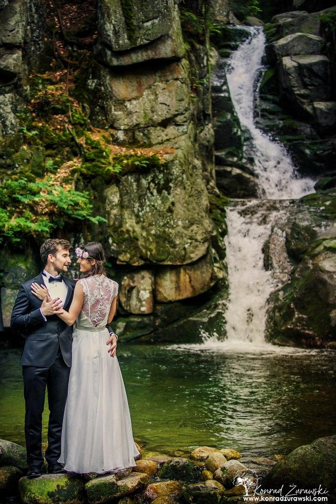 Sesja ślubna w plenerze z wodospadem w tle | Konrad Żurawski
