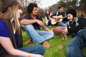 college-friends-on-campus