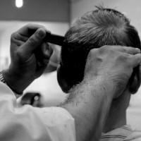 Projekt Omhuklip søger frisører der vil hjælpe med at give socialt udsatte et omsorgsfuldt løft.