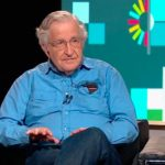 Chomsky: «Las actuales políticas están pensadas para proteger los poderes concentrados en unos pocos grupos, defendiéndolos contra su propia población»