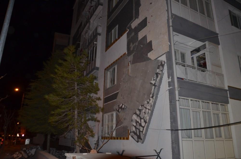 Fırtına apartmanın dış cephe kaplamasını söktü