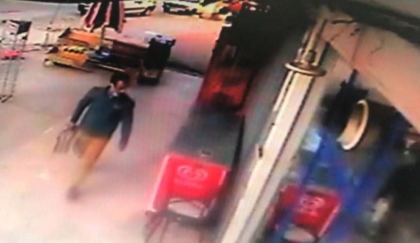 Market önündeki paketli gazetelerin çalınması kamerada