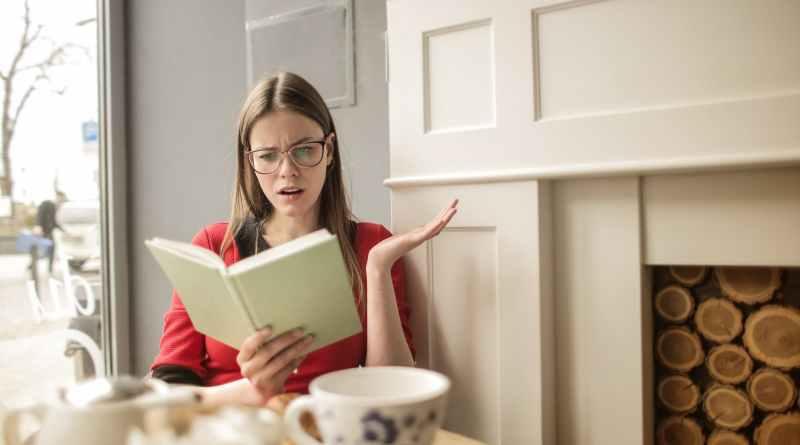 nő értetlenkedve olvas