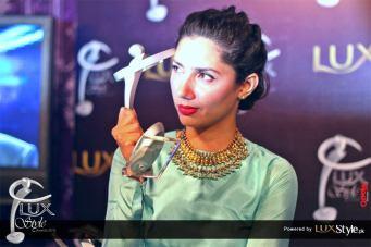 Mahira Khan receiving award on behalf of Shoaib Mansoor