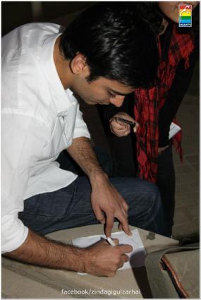 Fawad Khan Meets The Fans of Zindagi Gulzar Hai (18)