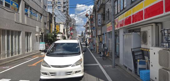 久米川駅からすぐのデイリーヤマザキの横の道